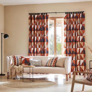 Kolorowe zasłony w salonie z kolekcji Mirador dostępne w ofercie marki Harlequin. Fot. Harlequin