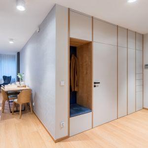 W apartamencie uwagę zwraca znakomicie zaprojektowana strefa wejścia. Projekt InDe Projekt. Fot. Bartek Bieliński