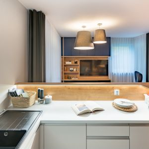 Aneks wypoczynkowy salonu optycznie wydziela szary dywan w powtarzający się w całym mieszkaniu graficzny deseń oraz duże abażury. Projekt InDe Projekt. Fot. Bartek Bieliński