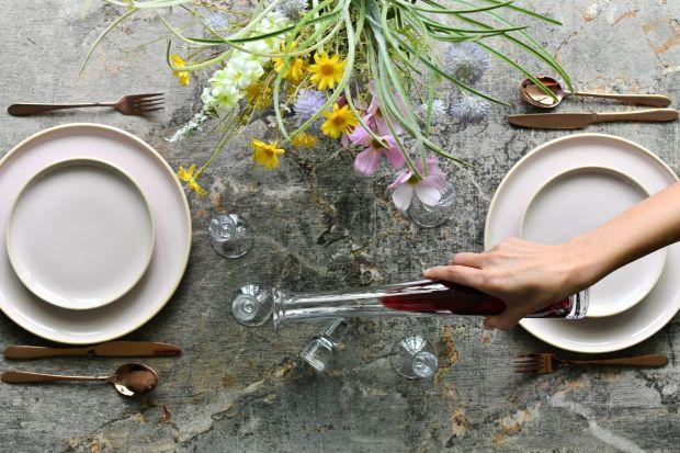 Zaaranżujmy stół, tak jak nam podpowiada majowa fantazja: kolorami i oryginalnymi formami. Niech najwyższej jakości, cudownie przezroczyste szkło kieliszków, szklanek i czarek polskiej rozszczepia na wszystkie kolory tęczy wpadające przez o