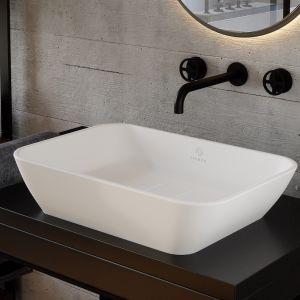 Wanna i umywalka Sidu wykonane są z kamiennego kompozytu Aquastone®, zapewniającego multisensoryczne wrażenia. Materiał jest ciepły w dotyku i charakteryzuje się przyjemną teksturą. Fot. Fjordd