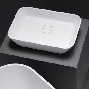 Umywalka nablatowa Sidu ma równie płynny i ikoniczny kształt, jak wanna. Fot. Fjordd
