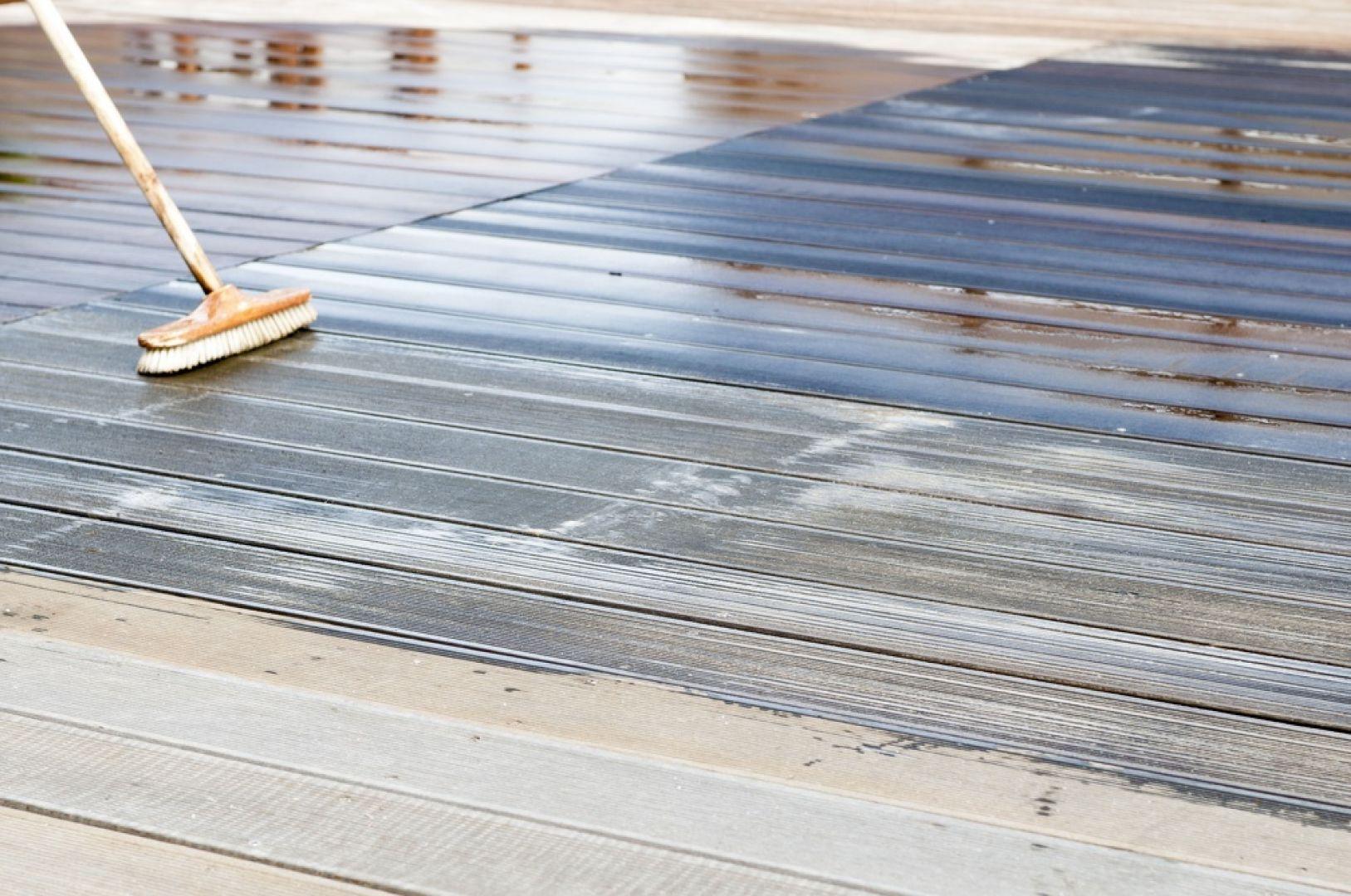 Do wiosennej konserwacji tarasu przystępujemy w suchy dzień, bez silnego słońca i wiatru, a najbardziej optymalnymi warunkami jest temperatura poniżej 25°C, wilgotność ok. 60% oraz cień. Fot. JAF Polska