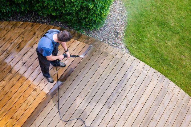 Jak przygotować taras z drewna na nowysezon ogrodowy? Jak przez wiele lat cieszyć się pięknym drewnem? Niezbędne jest odpowiednia pielęgnacja. Podpowiadamy więc, jakie środki do konserwacji drewnianych tarasów warto wybrać oraz jak skutecznie