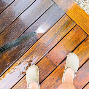 Kolejnym krokiem po myciu tarasu jest ochrona drewna od wewnątrz oraz podkreślenie jego struktury od zewnątrz. ot. JAF Polska