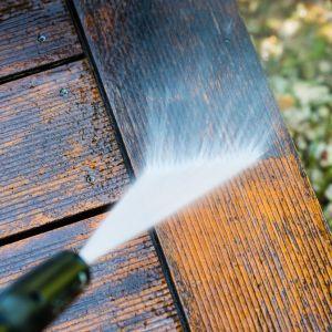 Do ochrony drewna doskonale nadaje się olej tarasowy, czyli substancja na bazie olejów naturalnych zabezpieczająca drewno w porach i pozwalająca deskom oddychać. Produkt tworzy powłokę hydrofobową, która odpycha cząsteczki wody. Fot. JAF Polska