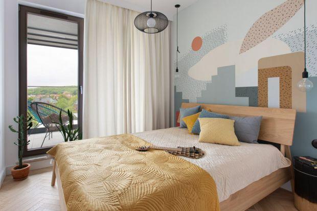 W zielonym, w niebieskim lub w różowym kolorze. Nie wiesz jak wykończyć ścianę za łóżkiem w sypialni?Zastanawiasz się jaki kolor wybrać? Przygotowaliśmy przeglądpięknych aranżacji. Zobacz jak z pomysłem i z koloremwykończyć ścian�