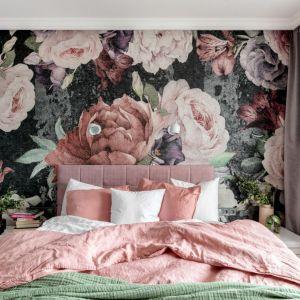 Ściana za łóżkiem w sypialni wykończona jest kolorową tapetą w kwiatowym wzorze. Projekt: Marta Wierzbicka-Patejuk. Fot. Aleksandra Dermont