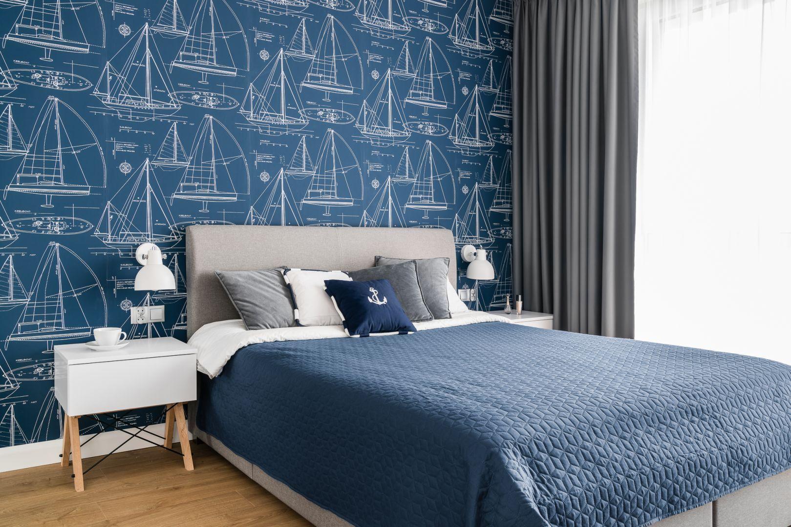 Ściana za łóżkiem w sypialni wykończona jest kolorową tapetą. Projekt: Studio Projekt. Fot. Fotomohito