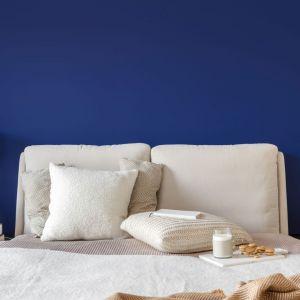 Ściana za łóżkiem w sypialni wykończona jest farbą w niebieskim kolorze. Projekt: Finchstudio. Fot. Aleksandra Dermont Ayuko Studio