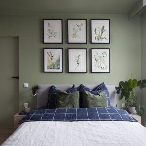 Ściana za łóżkiem w sypialni wykończona jest farbą w zielonym kolorze. Projekt: Ilona Paleńczuk z zespołem, pracowania IP Design. Fot. Karolina Chęcińska