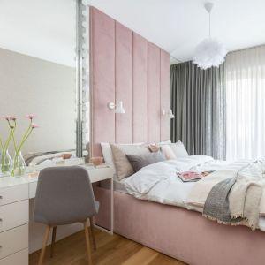 Ściana za łóżkiem w sypialni wykończona jest tapicerowanym zagłówkiem w różowym kolorze. Projekt: Decoroom Pracownia Architektury. Fot. Marta Behling, Pion Poziom – fotografia wnętrz