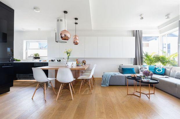 Nowoczesne, przytulne wnętrze powstał dla trzyosobowej rodziny. Dzięki wielu zmianom w układzie funkcjonalnym spełnia wszystkie potrzeby domowników. Jest jasne, proste i otwarte. Ma wygodny salon, efektowną kuchnią i duży stół!<br /><