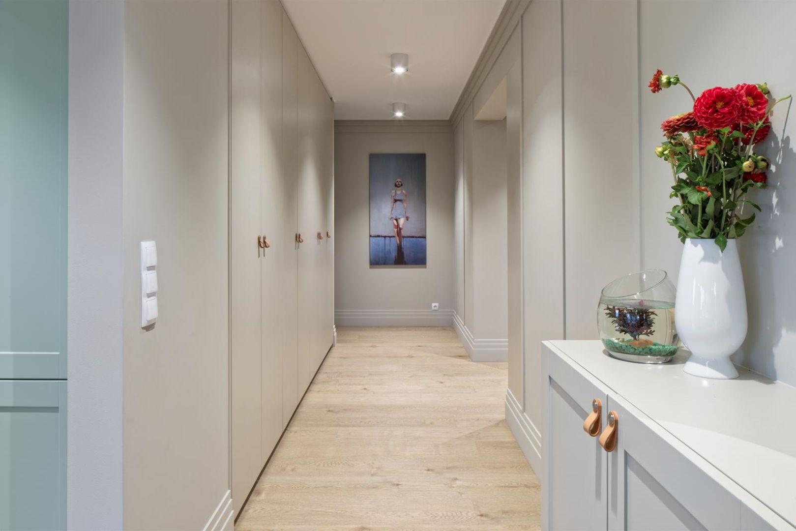 Oświetlenie korytarza to nie tylko kwestia czysto estetyczna, ale również praktyczna. Projekt: Fabryka Art. Fot. Małgorzata Tenczyńska-Korluk / AQForm