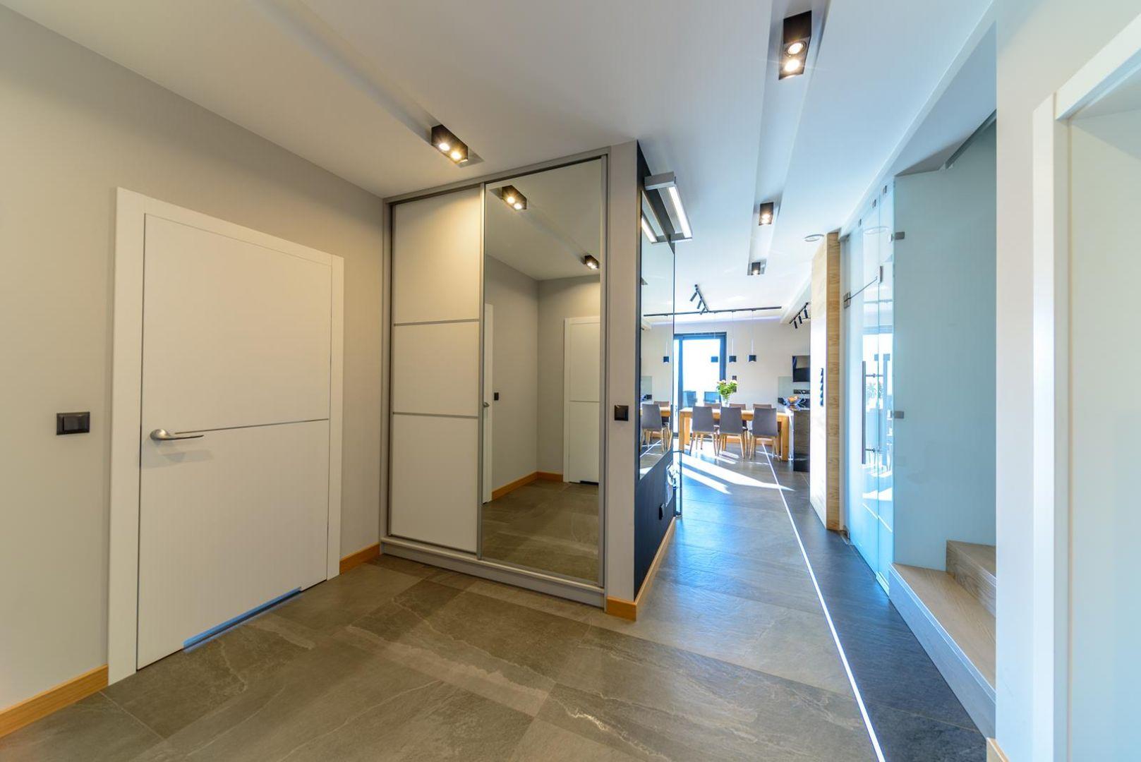 W zdecydowanej większości przypadków korytarz jest pomieszczeniem bez okien, w którym oświetlenie stanowi podstawowy, ułatwiający funkcjonowanie element wyposażenia. Projekt: Rafał Kotylak, JAI Architekcie. Fot. AQForm