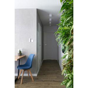 W mniejszych pomieszczeniach można zdecydować się na główne źródło światła zamocowane na suficie. Projekt: Projekyw / AQForm. Fot. Jakub Dziedzic