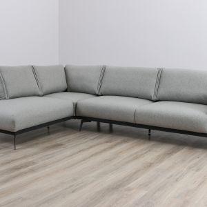 Narożnik Tristan posiada wszystkie zalety wymienione dla sofy, a ponadto daje również możliwość swobodnego wypoczynku w pozycji siedzącej z nogami na otomanie. Fot. Meble Marzenie