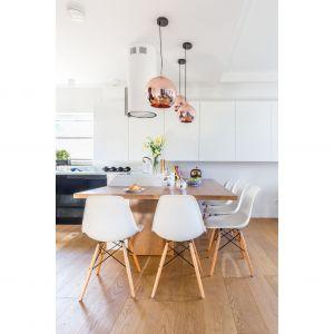"""Stół jest dość duży (240 cm na 150 cm), ale """"zabiera"""" z przestrzeni dokładnie tyle miejsca, ile powinien. Projekt: Agnieszka Morawiec. Fot. Marta Behling, Pion Poziom"""