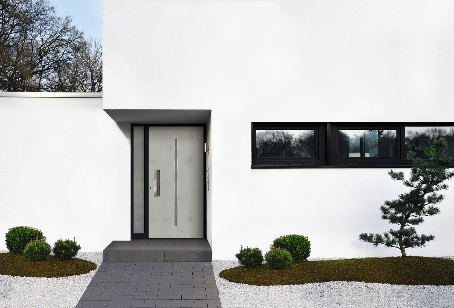 Dobierając drzwi wejściowe, nie należy zapominać o ich efektywności energetycznej. Na zdjęciu: drzwi zewnętrze z kolekcji Avangarde. Fot. Awilux