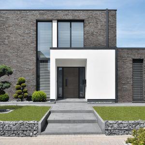 Drzwi wejściowe mają ogromny wpływ na wygląd całej nieruchomości. Na zdjęciu: nowoczesne, estetyczne i funkcjonalne drzwi zewnętrze aluminiowe z kolekcji Avangarde. Fot. Awilux