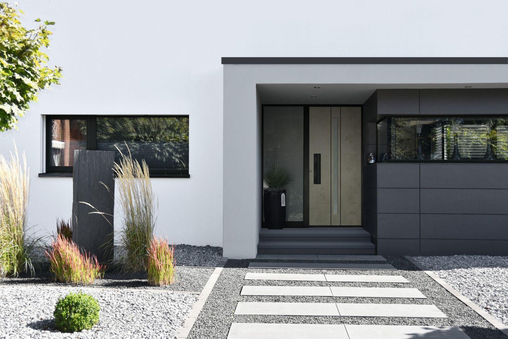 Warto pamiętać, aby w momencie dobierania nowych drzwi, precyzyjnie dopasować je do wyglądu fasady budynku. Na zdjęciu: drzwi zewnętrze z kolekcji Avangarde. Fot. Awilux
