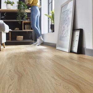 Listwa przypodłogowa idealnie zamaskuje nieestetyczną szparę na styku podłogi i ściany, uzupełniając całość aranżacji. Fot. Arbiton