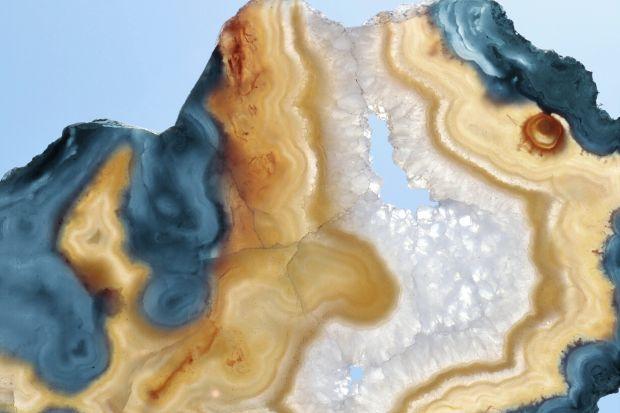 Kolekcja White Opal odkrywa fascynujące wnętrze kamienia i przenosi je na duży format. To pochwała momentu TU i teraz – pojedynczej chwili, impulsu, dźwięku, koloru, które kreują wyobraźnię i pozwalają odkryć istotę teraźniejszości.