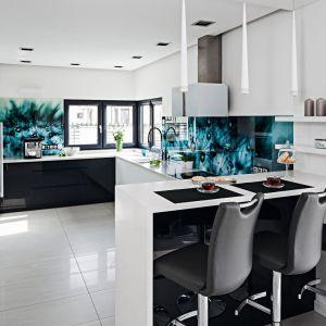 Ściana nad blatem w kuchni wykończona jest kolorowym szkłem z pięknym wzorem. Projekt: Reanata Modrzyńska-Kasiak. Fot. Bartosz Jarosz