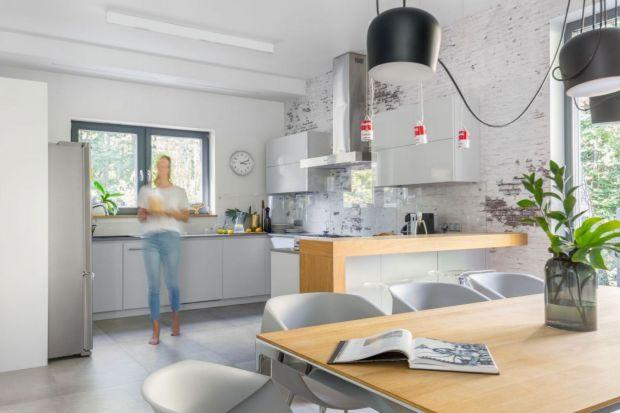 Szkło na ścianie nad blatem w kuchni to świetny pomysł. Jest trwałe i wygląda fenomenalnie. Sprawdzi się w małej i w dużej kuchni. Zobacz piękne pomysły na wykończenie ściany nad blatem w kuchni z polskich domów i mieszkań.