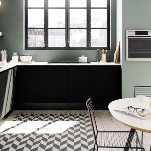 W kuchni bez wiszących szafek jest więcej światła i przestrzeni. Na zdjęciu kuchnia Focus. Fot. HTH