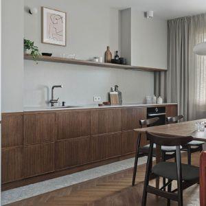 Stylowa kuchnia vintage bez górnej zabudowy. Projekt: Raca Architekci. Fot. Tom Kurek