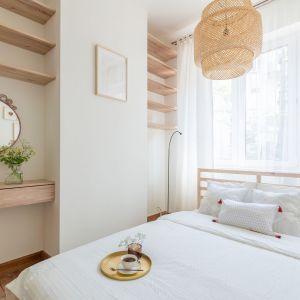 Sypialnia zaaranżowana w bieli i z dużą ilością drewna. Projekt i stylizacja wnętrza: Ola Dąbrówka, pracownia Good Vibes Interiors. Zdjęcia: Marcin Mularczyk