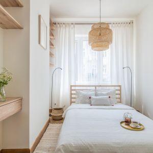 Sypialnia w stylu skandynawskim. Projekt i stylizacja wnętrza: Ola Dąbrówka, pracownia Good Vibes Interiors. Zdjęcia: Marcin Mularczyk