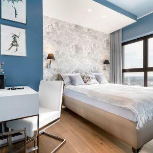 Jasna sypialnia urządzono w kolorze błękitnym, który doskonale przełamują szare błękicie przełamanym szarością zasłon. Realizacja wnętrza: Monika Staniec. Zdjęcia: Łukasz Bera