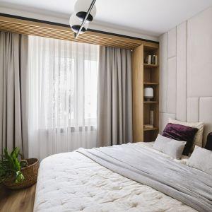 Jasna sypialnia jest bardzo przytulna. Projekt: Kowalczyk-Gajda Studio Projektowe. Fot. kroniki.studio