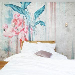 Jasna sypialnia z piękną tapetą na ścianie za łóżkiem firmy Wonderwall studio. Pięknie ożywia stonowane wnętrze. Projekt: Aleksandra Sowińska. Fot. Radek Słowik