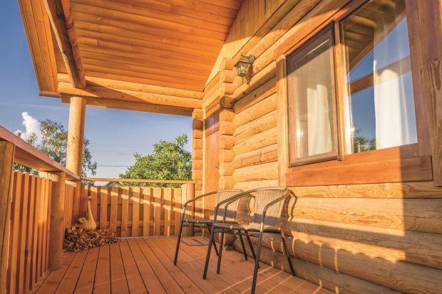 Lata lecą, trendy się zmieniają, a drewno cieszy się nieustającą popularnością wśród projektantów i miłośników ponadczasowego designu. Szereg zalet funkcjonalnych, walory estetyczne oraz gwarancja bliskiego kontaktu z naturą sprawiają, że