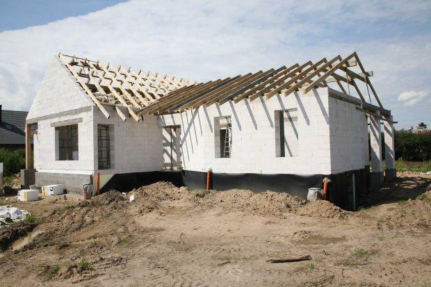 Jaki materiał wybrać do budowy domu? Które zapewnią trwałość i odpowiedni współczynnik przenikania ciepła? Poszukaj materiałówwykonanych z naturalnych składników,którełączą w bezpieczeństwo wynikające z dobrego składu z doskona�