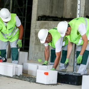 Silikaty będą bardziej wytrzymałe na ściskanie niż beton komórkowy, są więc w stanie przenieść większe obciążenia, mają też lepsze właściwości izolacji akustycznej.