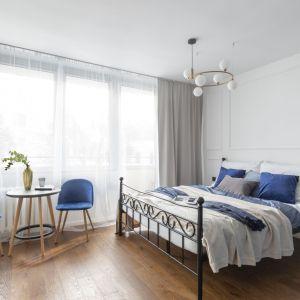 Chłodna sypialnia w szarości, bieli i odcieniach niebieskiego. To kolory, w których się dobrze odpoczywa. Projekt: Decoroom. Fot. Pion Poziom