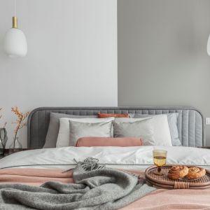 Piękna sypialnia w szarościach i pastelach. Projekt: Katarzyna Szostakowska, Kate&Co. Fot. Marta Behling z PionPoziom