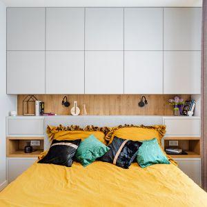 Sypialnia ze świetnie pomyślaną zabudową na ścianie za łóżkiem. Projekt: Modify. Fot. Michał Młynarczyk