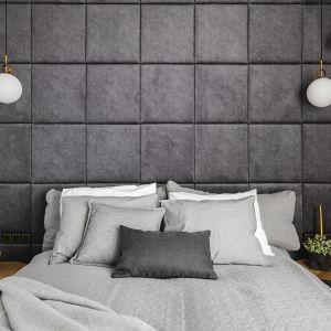 Sypialnia w szarościach, z piękną tapicerowaną ścianą. Projekt: make Architekci. Zdjęcia Hanna Połczyńska, Kroniki Studio