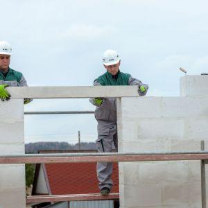 Beton komórkowy to materiał powstający z podobnych składników co silikaty, czyli piasku, wapna i wody. Do tego zestawu dochodzi cement oraz środek spulchniający uzyskiwany z występującego w przyrodzie aluminium. Fot. H+H