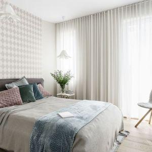 Jasna sypialni w przytulnym klimacie. Projekt: arch. Joanna Morkowska-Saj, Saje Architekci. Fot. Foto&Mohito