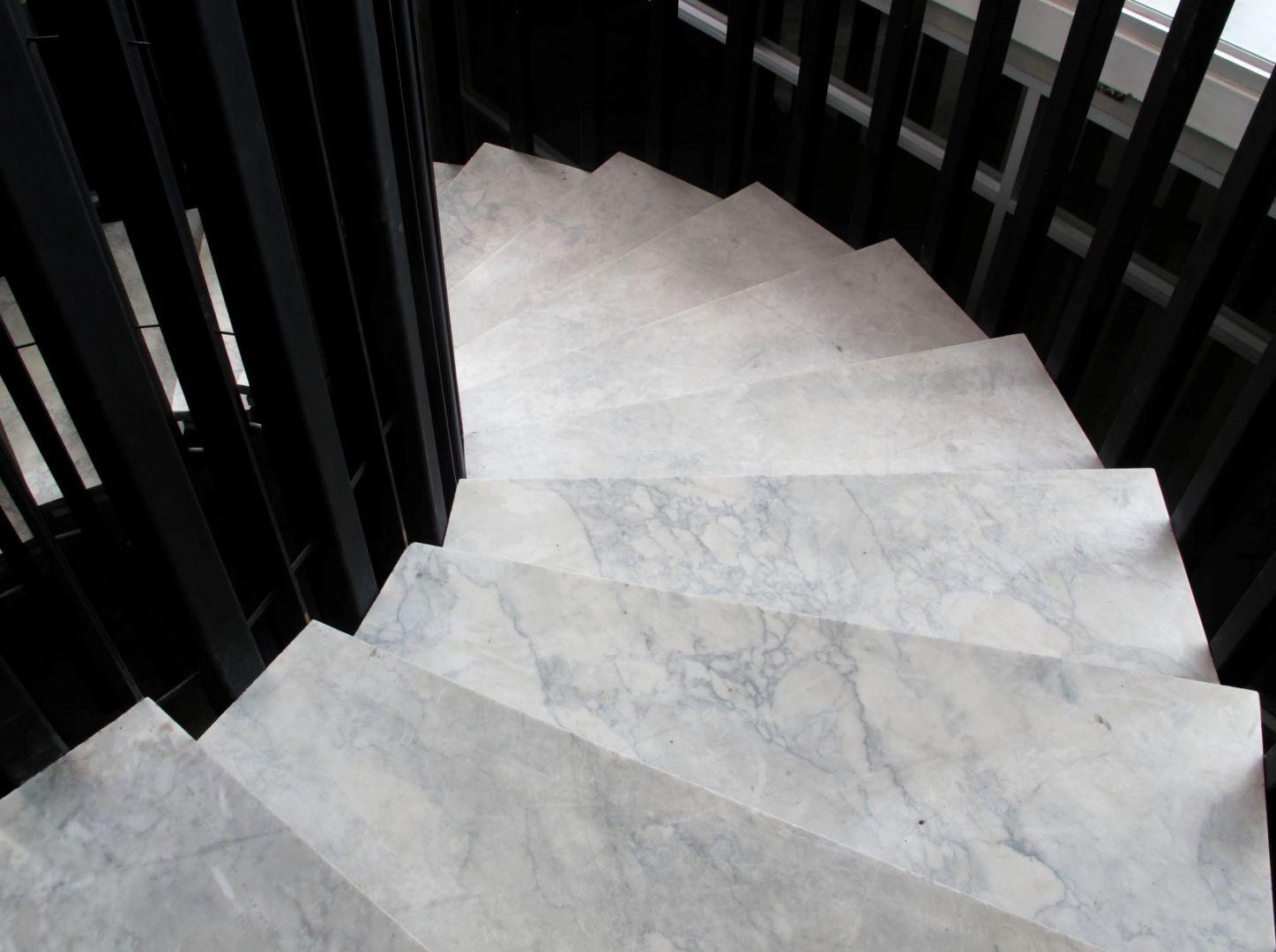Kamień Bianco Carrara na schodach. Fot. Interstone