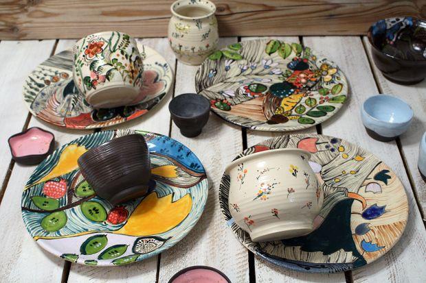 Szukasz niebanalnej dekoracji kuchni i jadalni? Albo pięknych naczyń, które będą cieszyć cię długie lata? Wybierz ręcznie malowane naczynia - w Polsce działa wiele świetnych pracowni ceramicznych! Dzisiaj pokazujemy prace jednej z nich!