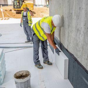 Gdy budujesz dom wybieraj materiały budowlane (w tym także okna, drzwi) także pod kątem ich parametrów akustycznych. Fot. Styropmin