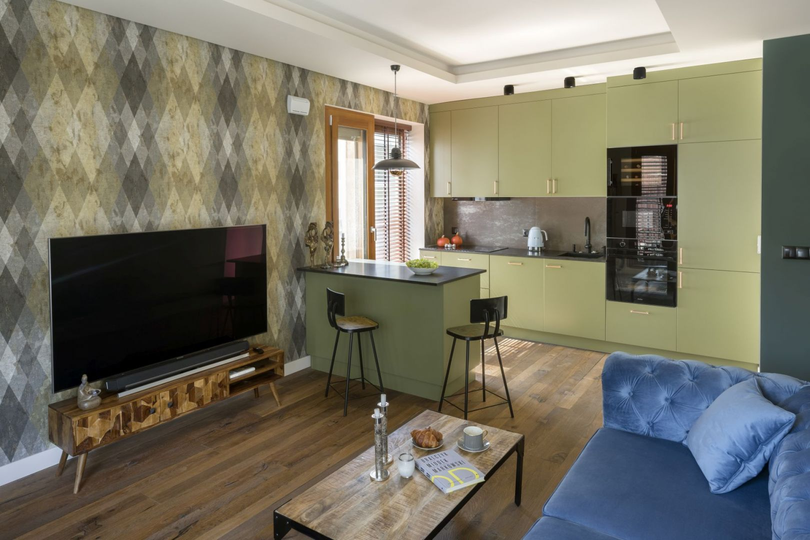 Kolor w kuchni. Zielone meble to świetny wybór do nowoczesnej kuchni. Projekt: Magdalena Miśkiewicz. Fot. Łukasz Zandecki
