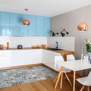 Kolor w kuchni. Szafki wiszące w niebieskim kolorze świetnie pasują do bieli oraz drewna. Projekt: Decoroom. Fot. Pion Poziom
